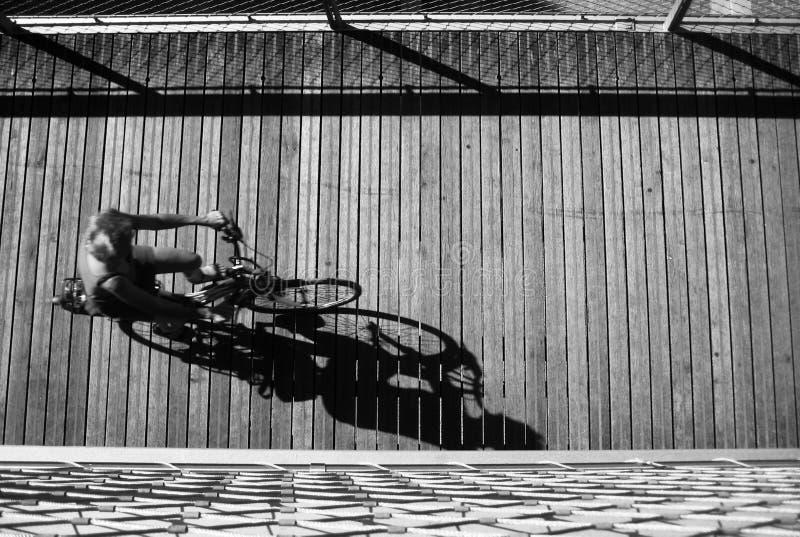 Montar a caballo de la bicicleta, opinión del pájaro fotos de archivo libres de regalías
