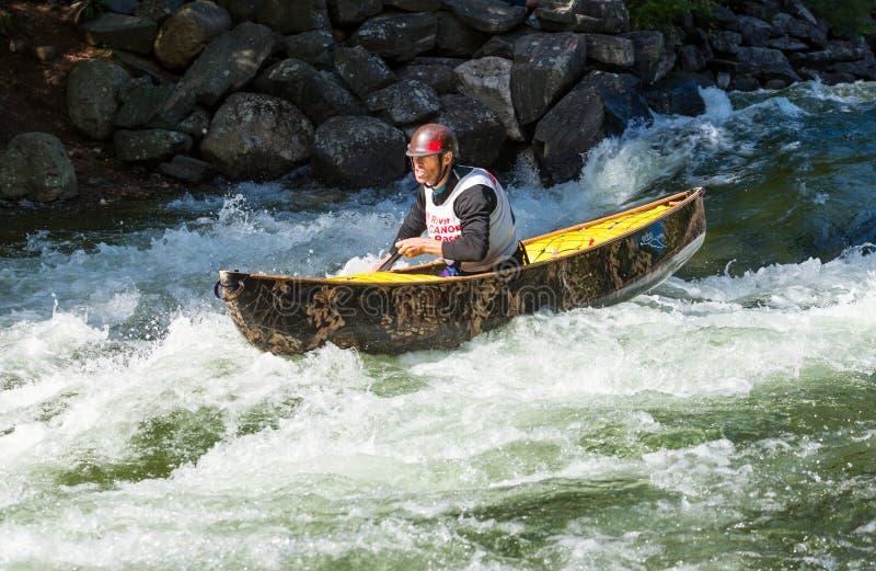 Montar a caballo de la canoa de Whitewater a través de los rápidos fotos de archivo libres de regalías