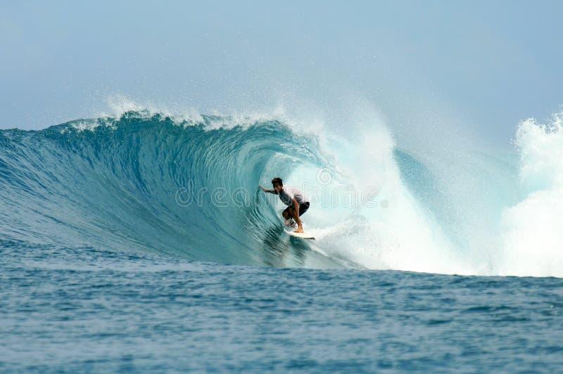 Montar a caballo de la persona que practica surf en barril en onda perfecta imagen de archivo libre de regalías