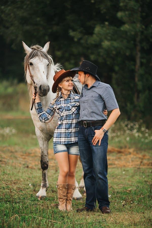 Montar a caballo de los pares en bosque foto de archivo libre de regalías