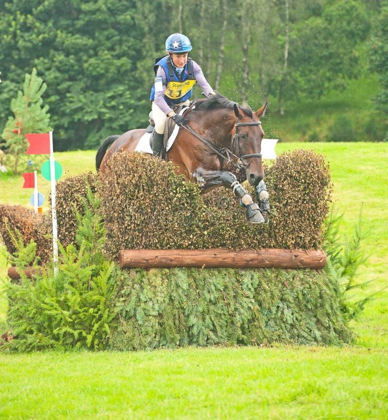 Montar a caballo de Sian Wynne Morris en el castillo de Blair imagen de archivo