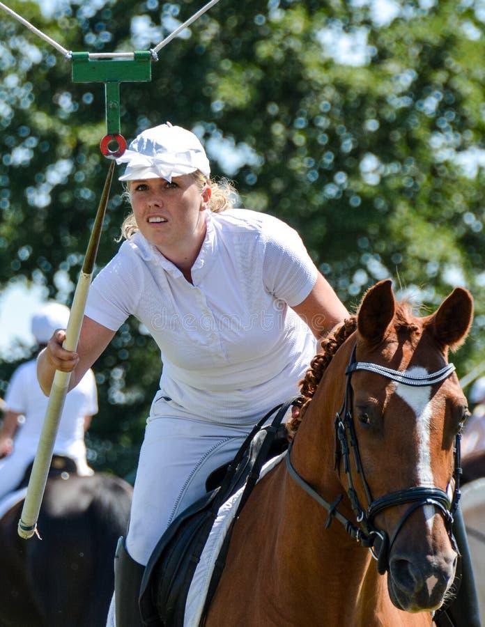 Montar a caballo del anillo - la mujer joven se centró en blanco imagenes de archivo