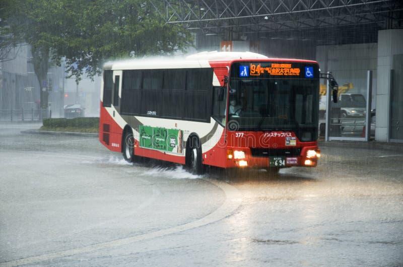 Montar a caballo del autobús en fuertes lluvias imágenes de archivo libres de regalías