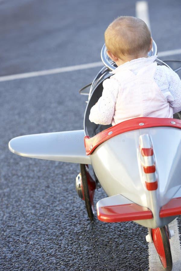 Montar a caballo del bebé en el avión del juguete imagen de archivo libre de regalías