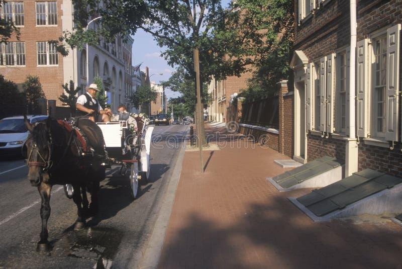 Montar a caballo del caballo y del carro en distrito histórico de Philadelphia vieja, PA, hogar de Ben Franklin y Declaración de  fotos de archivo libres de regalías