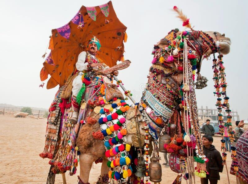 Montar a caballo del conductor del camello en la demostración rural imagen de archivo libre de regalías