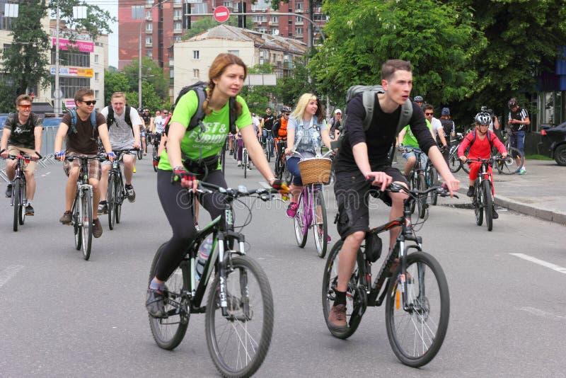Montar a caballo del grupo en las bicis de la ciudad imágenes de archivo libres de regalías