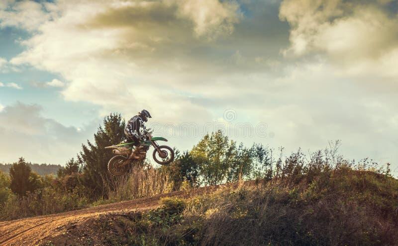 Montar a caballo del jinete del MX del motocrós en pista de tierra foto de archivo libre de regalías
