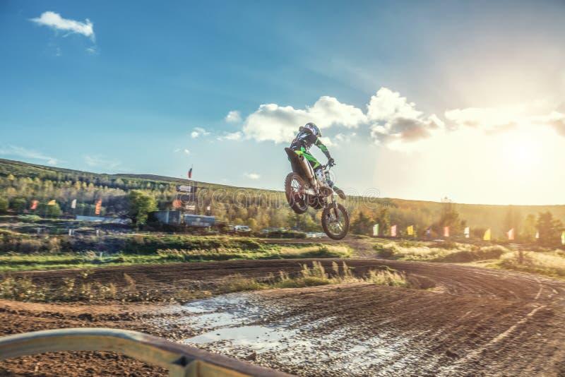 Montar a caballo del jinete del MX del motocrós en pista de tierra imagen de archivo libre de regalías