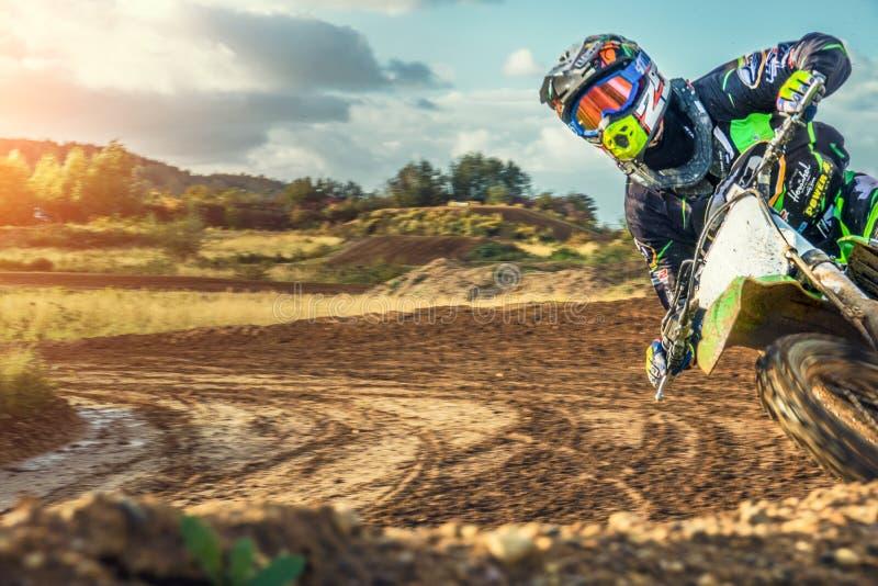 Montar a caballo del jinete del MX del motocrós en pista de tierra imagenes de archivo