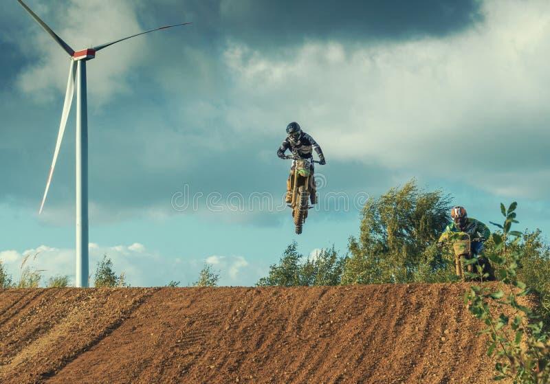 Montar a caballo del jinete del MX del motocrós en pista de tierra fotografía de archivo libre de regalías