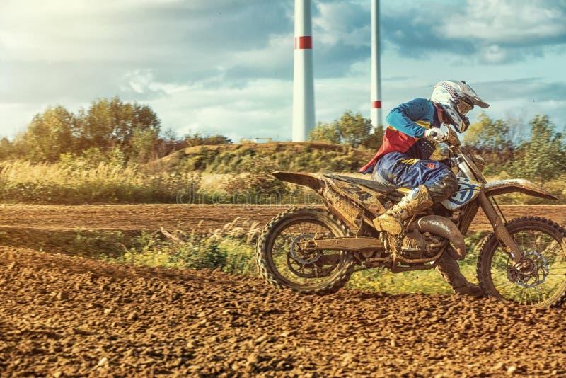 Montar a caballo del jinete del MX del motocrós en pista de tierra imagen de archivo