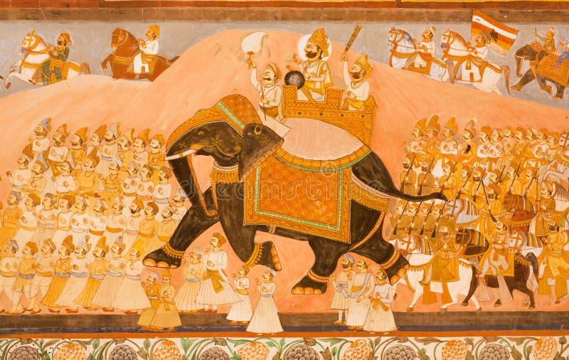 Montar a caballo del Maharajá en un elefante y su ejército en mural histórico foto de archivo libre de regalías