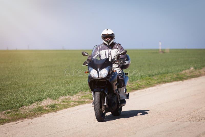 Montar a caballo del motorista en una motocicleta Conduciendo el camino vacío en una motocicleta viaje al viaje fotos de archivo libres de regalías