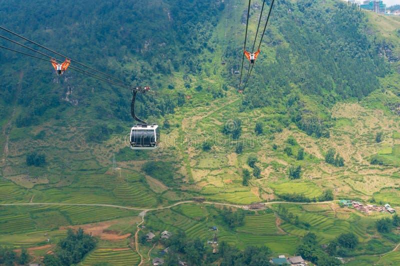 Montar a caballo del teleférico sobre paisaje de la montaña Fondo de las aventuras del viaje foto de archivo