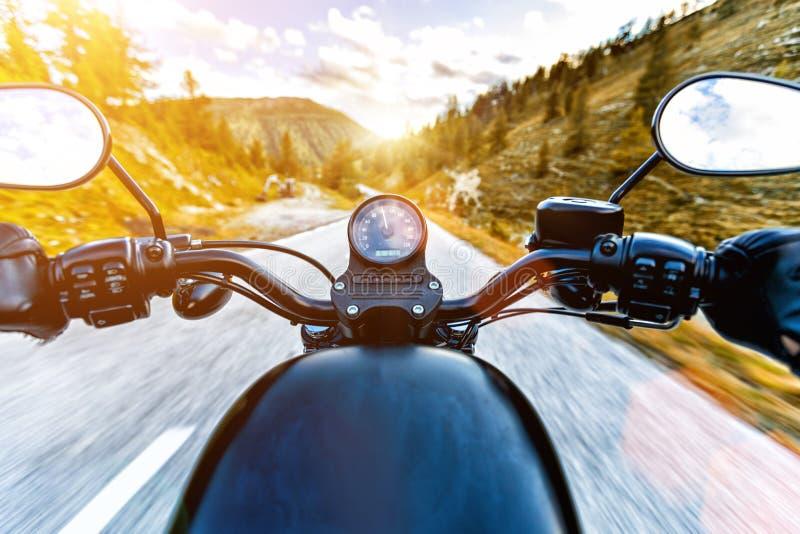 Montar a caballo en carretera alpina, opinión de los manillares, Austria, Europa del conductor de motocicleta foto de archivo libre de regalías
