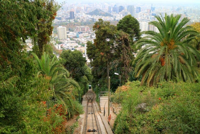 Montar a caballo funicular hasta la cumbre de Cerro San Cristobal con aturdir a Santiago City View en el contexto, Chile imágenes de archivo libres de regalías
