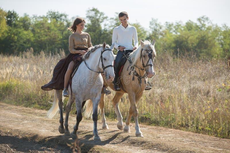 Montar a caballo joven de los pares imágenes de archivo libres de regalías