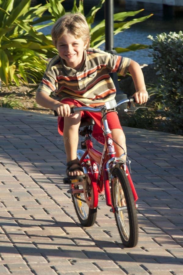 Montar uma bicicleta é divertimento fotografia de stock