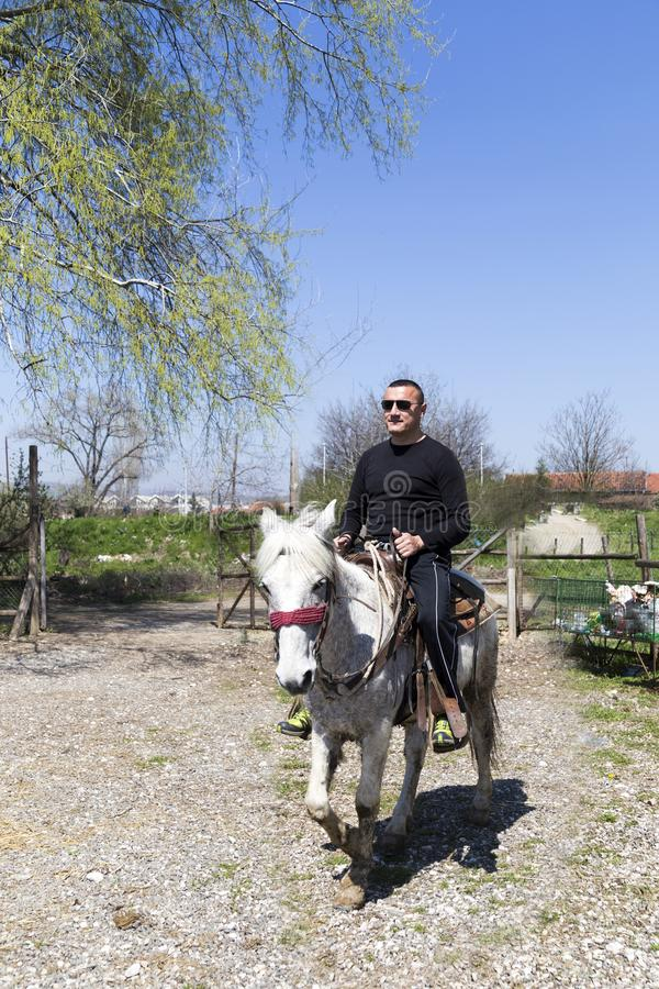 Montar un caballo en estilo occidental fotos de archivo libres de regalías