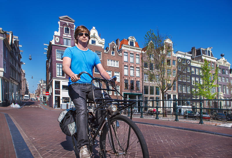 Montar una bici en Amsterdam foto de archivo libre de regalías