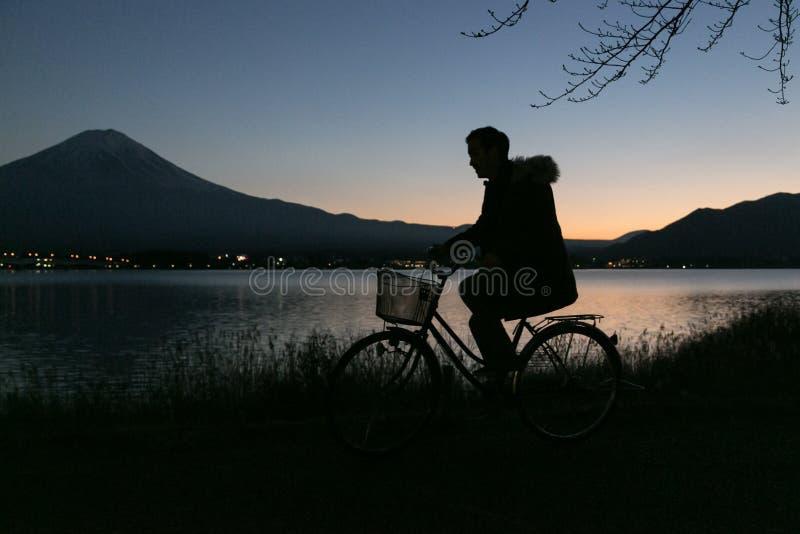 Montar una bici en el monte Fuji imagen de archivo