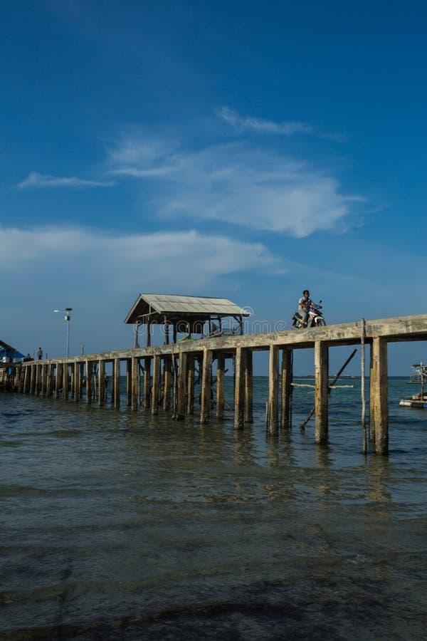 Montar una motocicleta en el embarcadero, Tanjung Pinang-Indonesia fotos de archivo libres de regalías