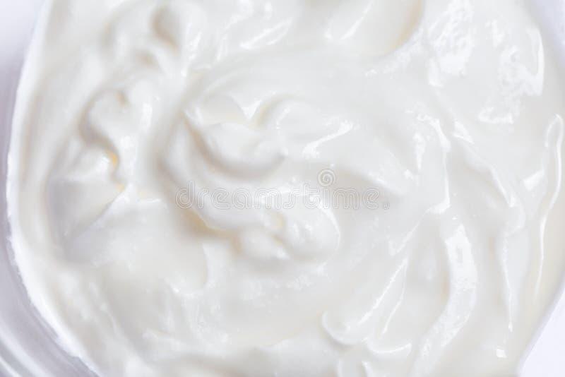 Montata bianca o panna acida su fondo bianco, fine su immagine stock