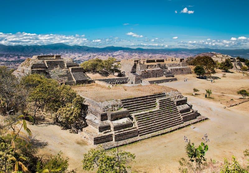 Monte Alban is een oud Zapotec-kapitaal, dichtbij Oaxaca, Mexico royalty-vrije stock afbeeldingen