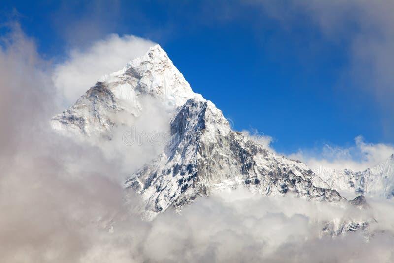 Monte a Ama Dablam dentro de las nubes, manera al campo bajo de Everest imágenes de archivo libres de regalías