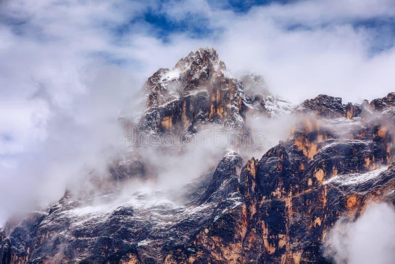 Monte Antelao (3263m) acima de San Vito di Cadore (perto da cortina imagens de stock