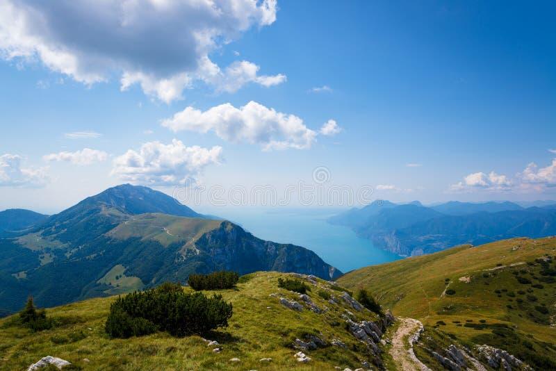 Monte Baldo-berg en Meer Garda in Malcesine stock afbeeldingen