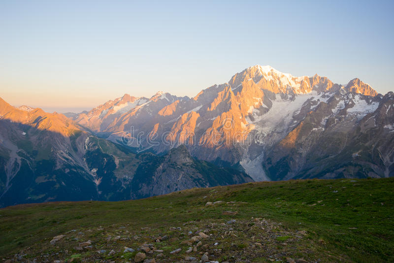 Monte Bianco lub Mont Blanc przy wschodem słońca, włoch strona fotografia royalty free