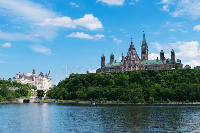 Monte canadense do parlamento visto através do rio de Ottawa imagem de stock royalty free
