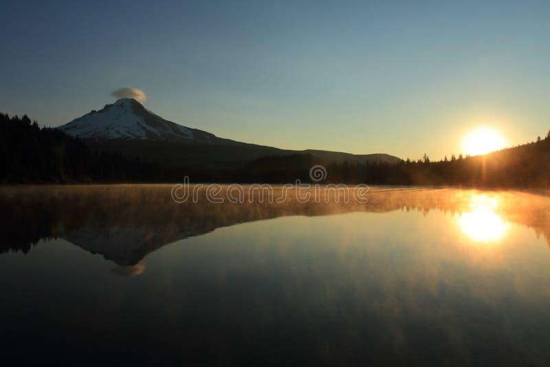 Monte a capa no nascer do sol fotografia de stock