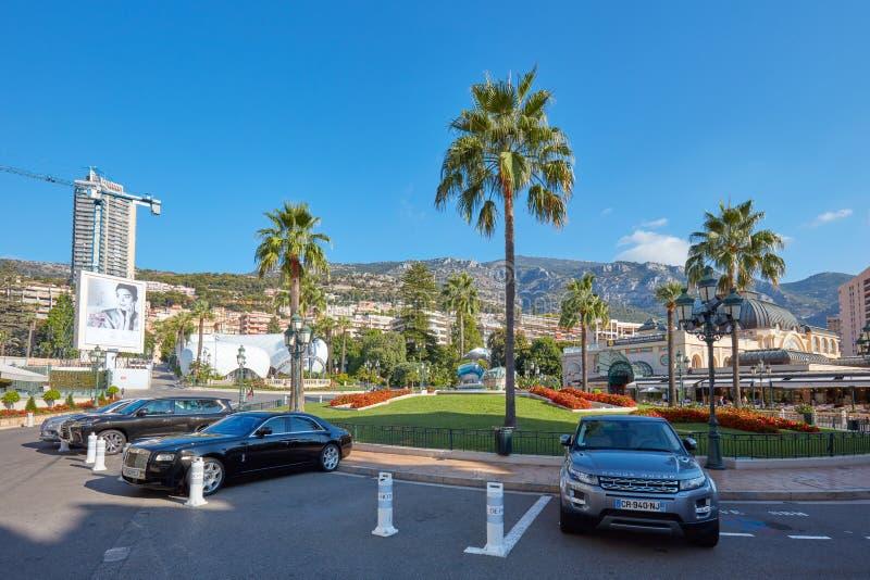 Monte Carlo Casino fyrkant med lyxiga bilar och palmträd i en solig sommardag i Monaco royaltyfri fotografi