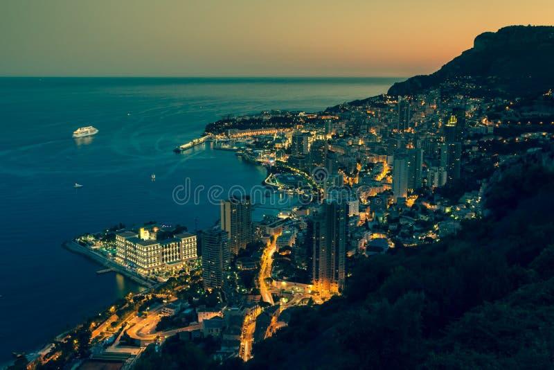 Monte Carlo in considerazione del Monaco alla notte sul Cote d'Azur immagine stock