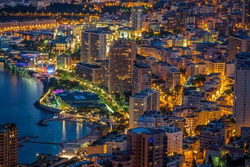 Monte Carlo in considerazione del Monaco alla notte sul Cote d'Azur immagine stock libera da diritti