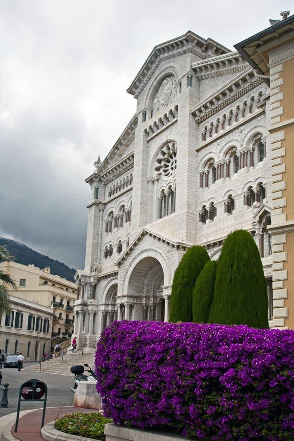 Monte - carlo domkyrka med purpurfärgade blommor royaltyfria bilder