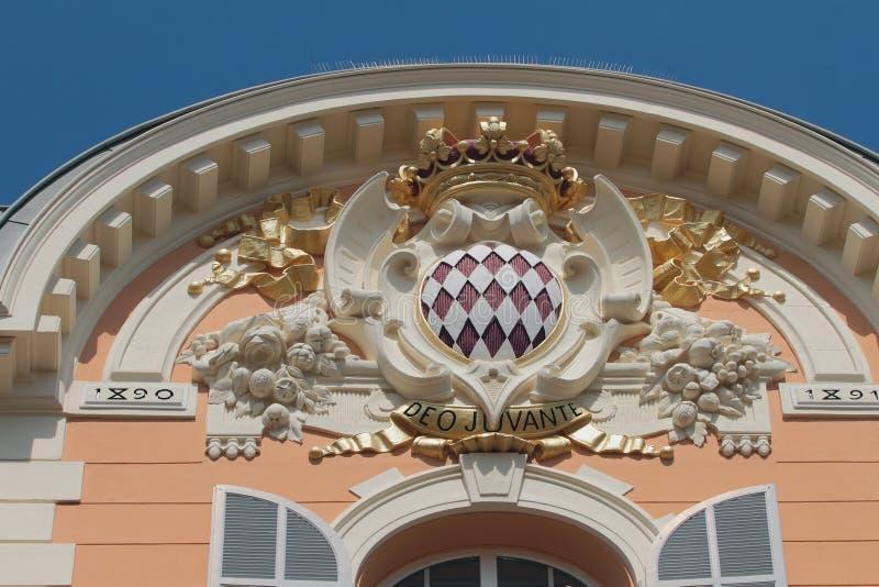 Monte Carlo, M?naco - 19 de abril de 2019: Emblema del estado en fachada del edificio foto de archivo