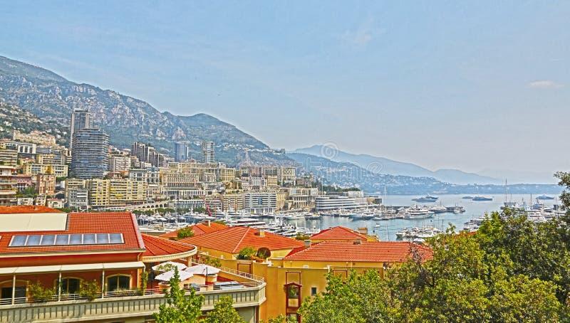 Monte Carlo, Mónaco - 13 de junio de 2014: ciudad y playa, visión desde la altura del vuelo del pájaro fotos de archivo