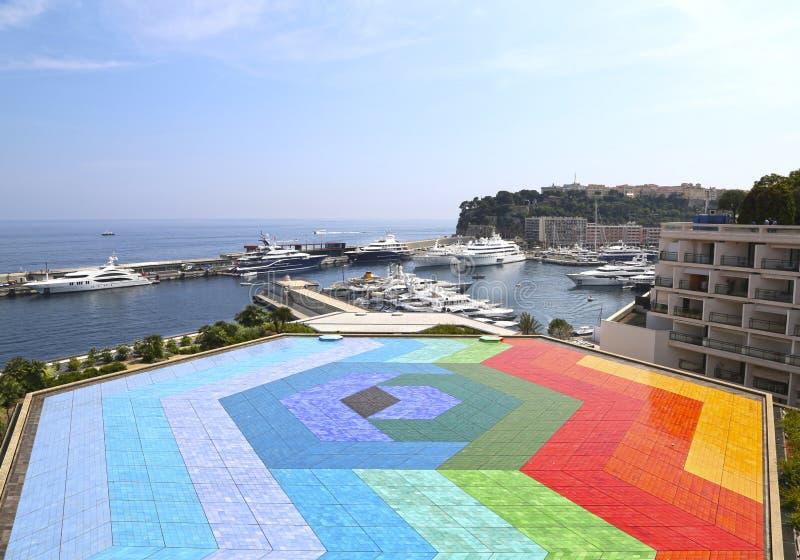 Monte Carlo, Monaco – 13 giugno 2014: mosaico colorato sul terrazzo del tetto della sala Rainier III fotografia stock