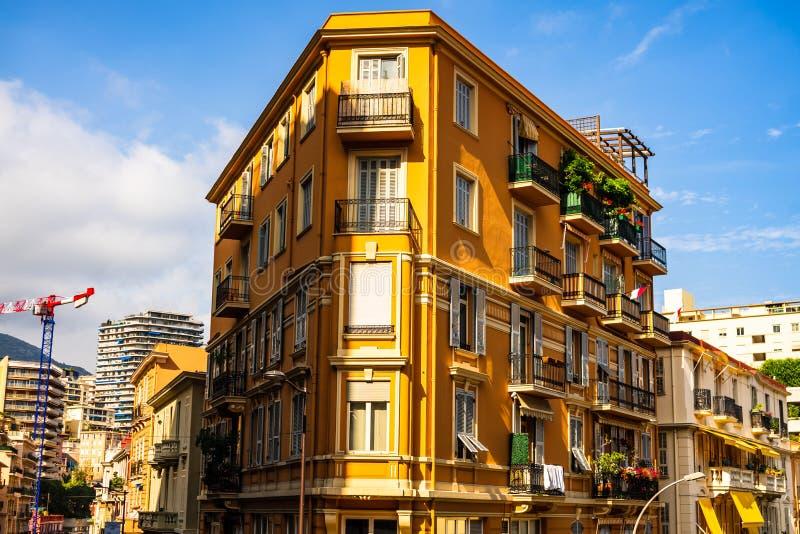 2019 Monte, Carlo -, Monaco – Panoramiczny widok Monte, Carlo miasto z kolorowymi domami - zdjęcie stock