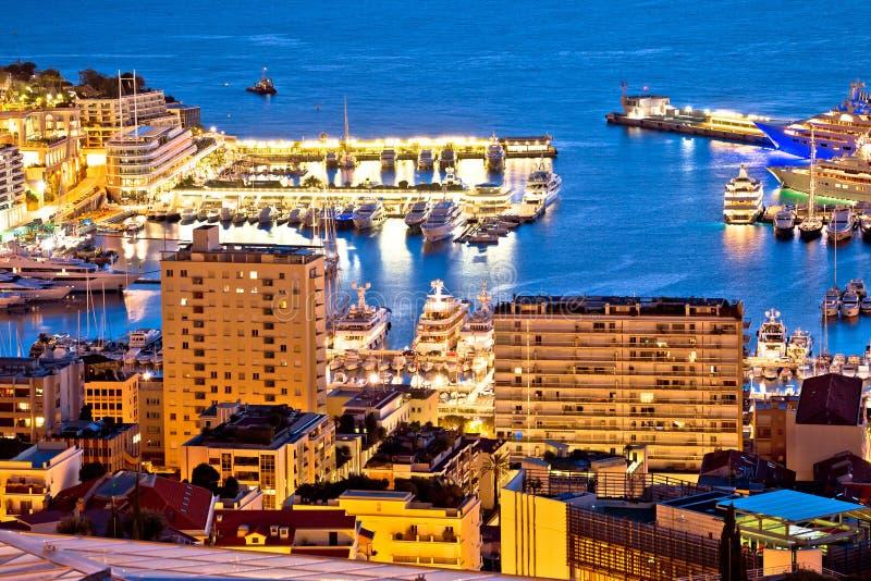 Monte Carlo Segelsporthafen und bunte Ufergegendabendansicht stockfotografie