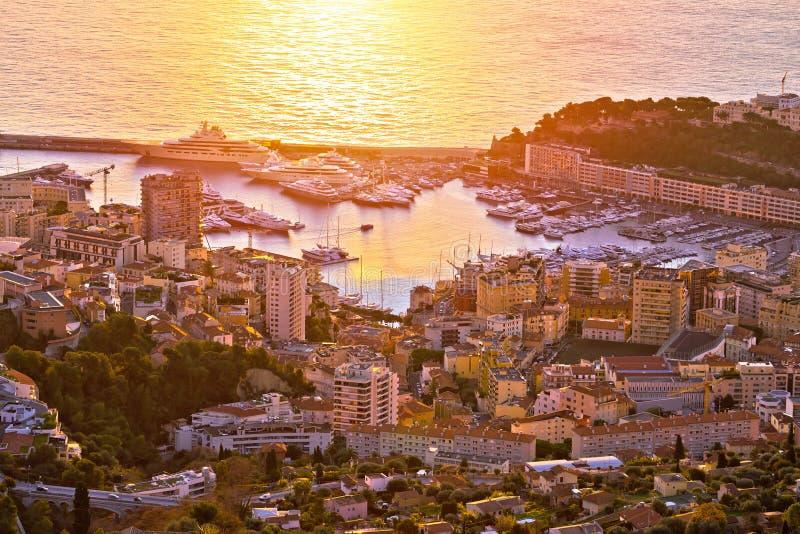 Monte Carlo Segelsporthafen- und bunte Ufergegendluftsonnenaufgangansicht stockfotos