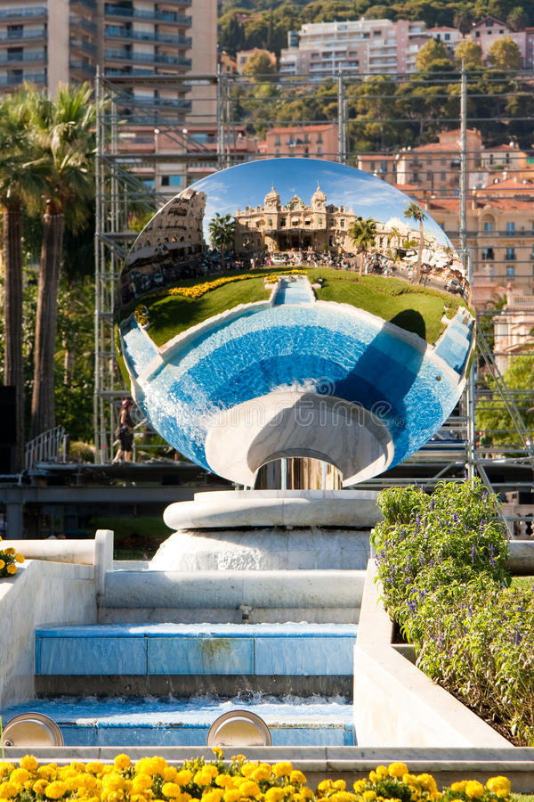 Monte Carlo. Spiegel en fontein stock fotografie