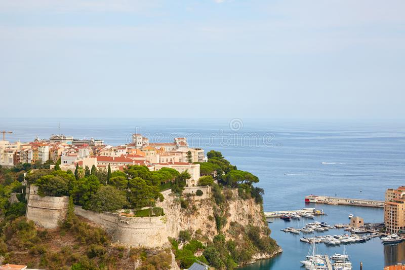 Monte Carlo Stadtvogelperspektive und Hafen an einem sonnigen Tag, klarer blauer Himmel in Monte Carlo stockfotos