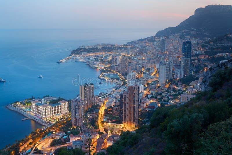 Monte Carlo, vista illuminata della città nella sera immagine stock