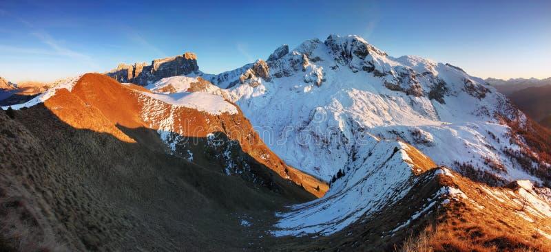Monte Cernera no outono com primeira neve, dolomites, cenário bonito das montanhas de Itália, Europa no por do sol imagem de stock royalty free