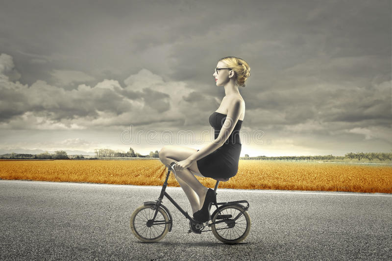 Monte d'un vélo image stock
